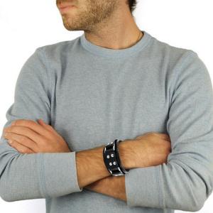 Мужской кожаный браслет на модели - фото overstock.com