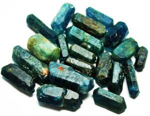 Кристалы полудрагоценного камня апатит сине-зеленые