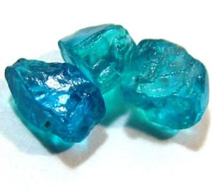 Необработанный апатит голубого цвета