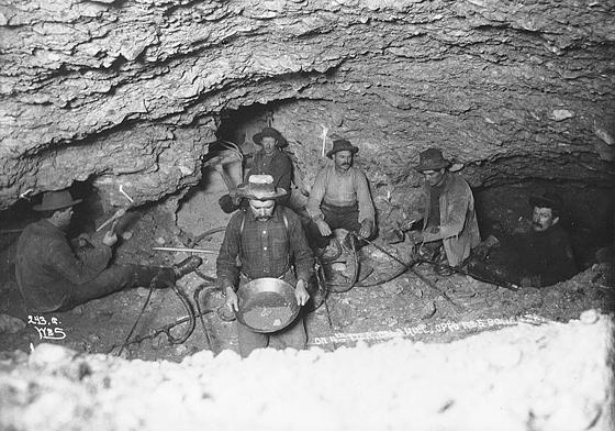 Золотодобытчики отогревают замерзшую землю паром. Голд Хил, территория Юкона, около 1898 г.