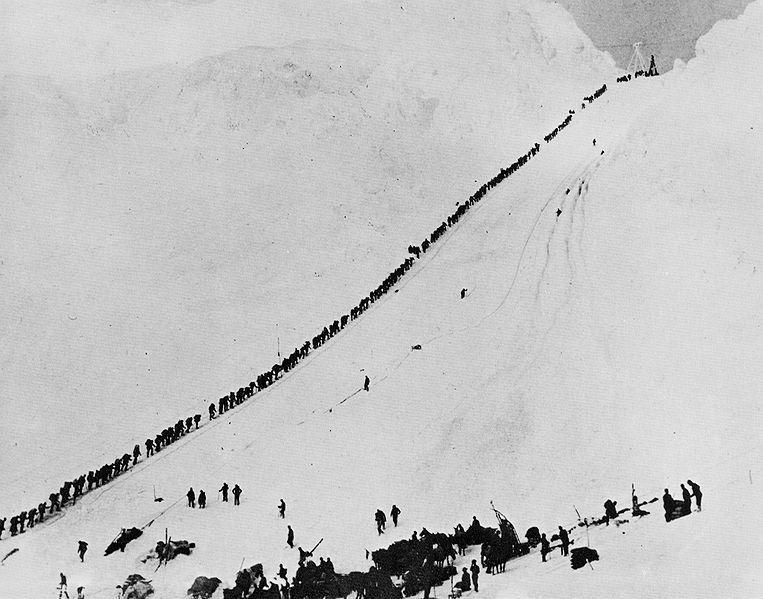 Золотоискатели поднимаются по тропе через перевал Чилкут. Американо-канадская граница. 1890-е годы.