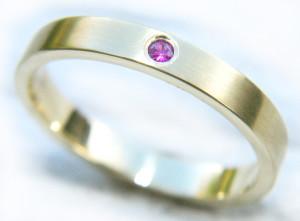 Обручальное кольцо из золота с рубином
