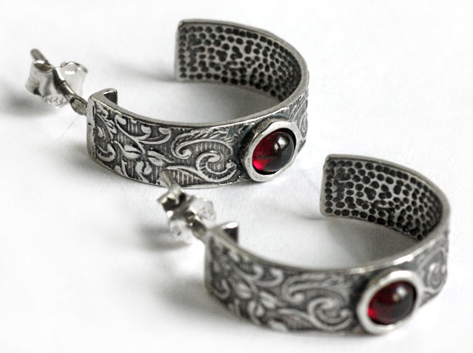 Серьги конго полукольцами серебро с чернением и гранат
