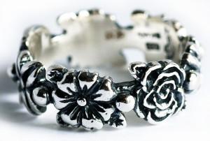 Сложное кольцо с резьбой и чернением