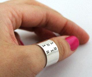 Кольцо-манжета-(cuff-ring)-на-большом-пальце-девушки-фото-www.etsy.com