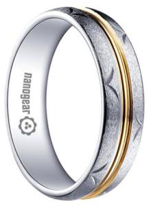 Матовое-кольцо-из-белого-карбида-вольфрама-с-золотой-серединой---фото-tungsten-rings.ru