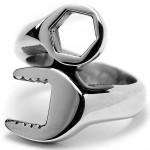 Мужское стальное кольцо в форме гаечного ключа - фото overstock.com