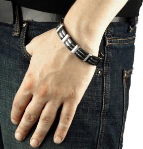 Мужской браслет из стали и каучука на кисти - фото overstock.com