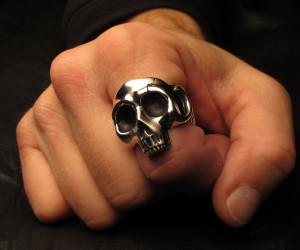 Перстень-на-указательном-пальце-мужчины-фото-satchstudios.com