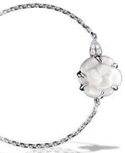 Шанель-Camelia-браслет-белое-золото-белый-агат-и-бриллианты---chanel.com