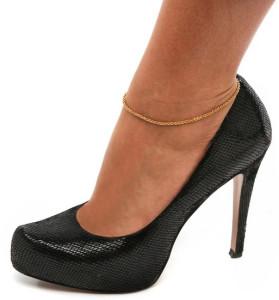 Золотой анклет на модели - фото overstock.com