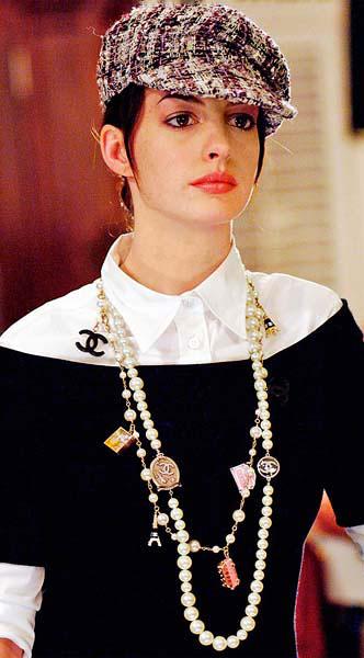 Anne Hathaway в бусах Шанель, фильм Дьявол носит Прада, фото images.cosmo.ru