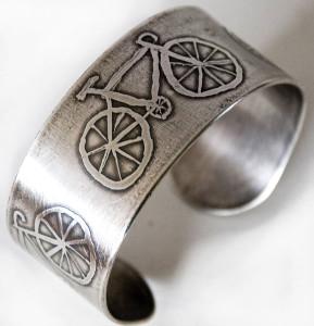 Травление-рисунка-велосипеда-на-серебряном-кольце---custommade.com