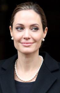 Анжелина Джоли в жемчужных бусах - фото-glamour.com