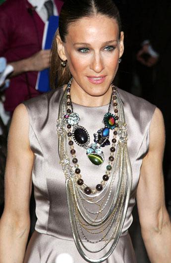 Сара Джессика Паркер в многорядных бусах с крупными бусинами - couturetalk.tumblr.com
