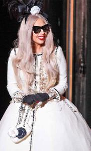 Певица Леди Гага в бусах Шанель-images.cosmo.ru
