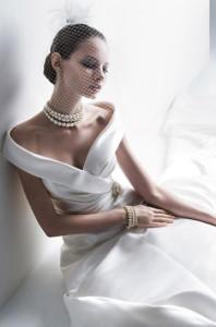 Жемчужное колье-чокер на невесте в платье с приспущенными плечами - 1.bp.blogspot.com