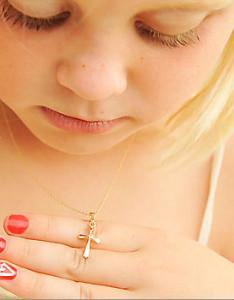 Золотая детская цепочка с крестиком - фото beautifulbaby.com
