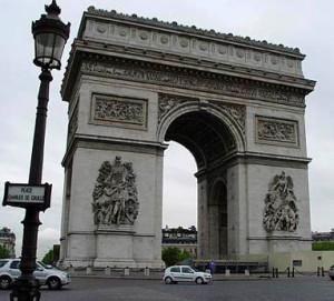 Триумфальная-арка-на-площади-Карусель-в-Париже