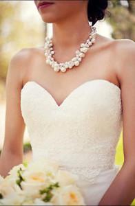 Жемчужное колье на невесте - etsy.com