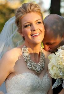 Крупное колье со стразами на невесте - unitedwithlove.com