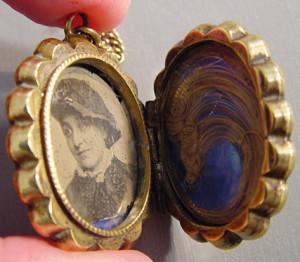Медальон-викторианского-периода-с-портретом-и-прядью-волос---morninggloryjewelry.com