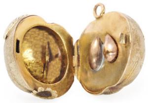 Серебряный-медальон-в-форме-сливы---1910г.---georgianjewelry.com