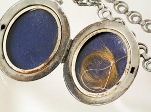 Антикварный медальон с прядью волос - madinpursuit.com