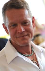 Актер Крис Англин в кулоне в этническом стиле--visibletreasures.com