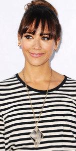 Актриса-Rashida-Jones---крупная-подвеска-на-длинной-цепи-с-полосатой-блузой---whowhatwear.com