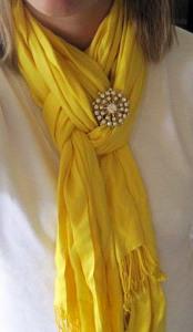 Брошь-на-оригинально-завязанном-шарфе----missussmartypants.com