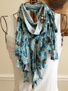 Брошь-на-шарфе-переделанном-из-футболки---etsy.com