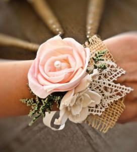 Бутоньерка на руку подружкам невесты -mazelmoments.com