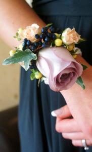 Бутоньерка на запястье подружке невесты - aspirationalbride.com