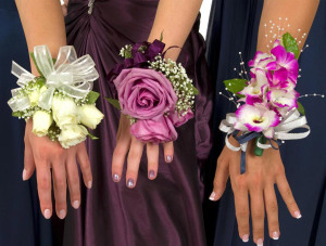 Бутоньерки на запястье подружкам невесты - www.wisegeek.com