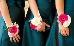 Бутоньерки на запястье подружкам невесты - yesinitaly.com
