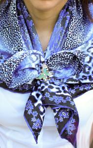 Как-завязать-платок-бантом с-брошью-зажимом-из-трех-колец---broche.ru