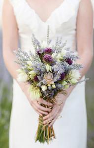 Бутоньерка и свадебный букет в одном стиле ---elizabethannedesigns.com