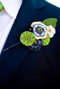 Мужская бутоньерка с искусственными цветами - bestow.ru