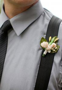 Цветок на пиджаке у жениха
