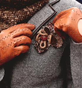 Брошь прикрепленная к карману пиджака - personagrata-tlt.ru