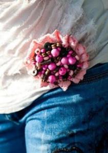 Брошь на подоле футболки - shushanik.hubpages.com