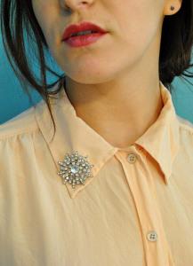 Брошь на воротнике блузы - thegoodtasteguide.com