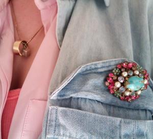 Брошь прикрепленная к карману пиджака - threewordoutfit.com