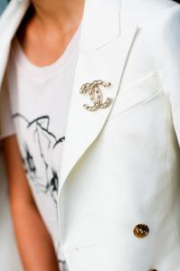 Брошь Шанель на офисном пиджаке - wendyslookbook.com