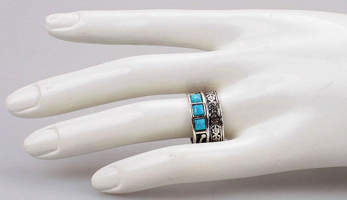 Фото кольца на модели руки (источник: собственное фото ЮВЕЛИРУМ)