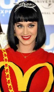Katy-Perry в повязке на волосах - glamourmagazine.co.uk