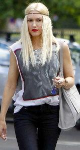 Гвен Стефани в ободке для волос - glamourmagazine.co.uk