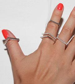 Кольца-в-кубическом-стиле---бренд-sos-jewelry---фото-gem-a-porter.com