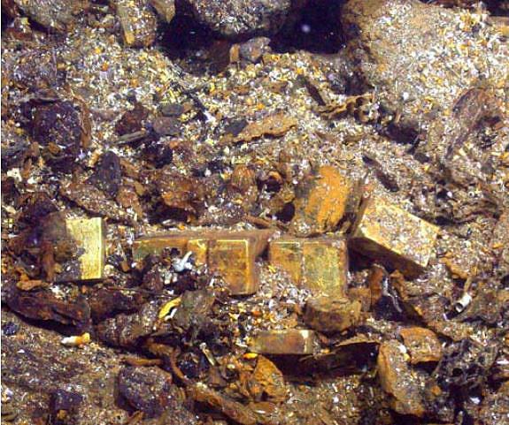 Слитки золота в остатках кормы. Фото shipwreck.net